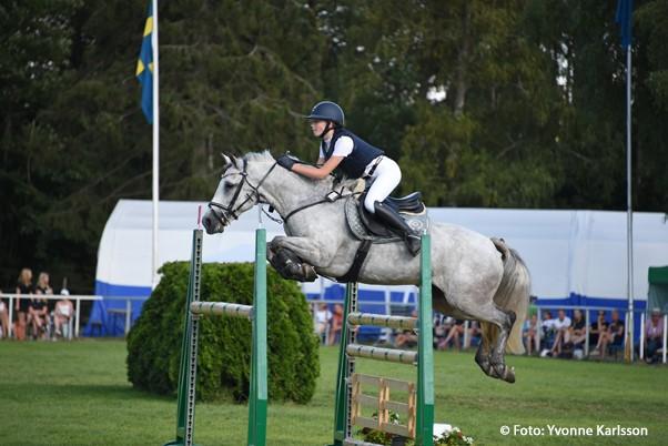 Klara Trofast-Lofty Hopsy Daisy Ponny-SM i hoppning, Vetlanda 2018-07-22 (c) Foto: Yvonne Karlsson (Fotografens namn ska anges vid publicering)